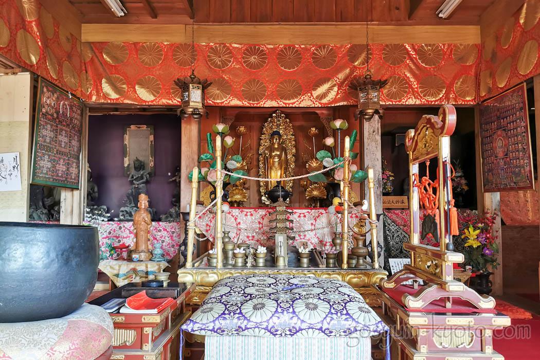 月輪寺の本堂の仏像