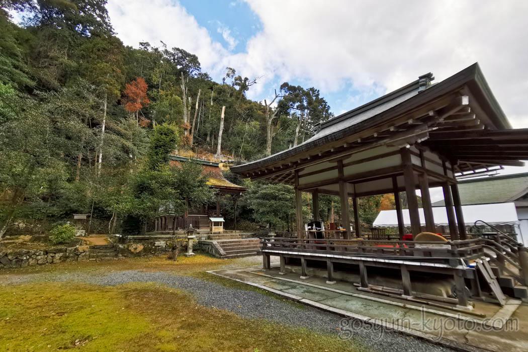 京都市西京区の月読神社の境内
