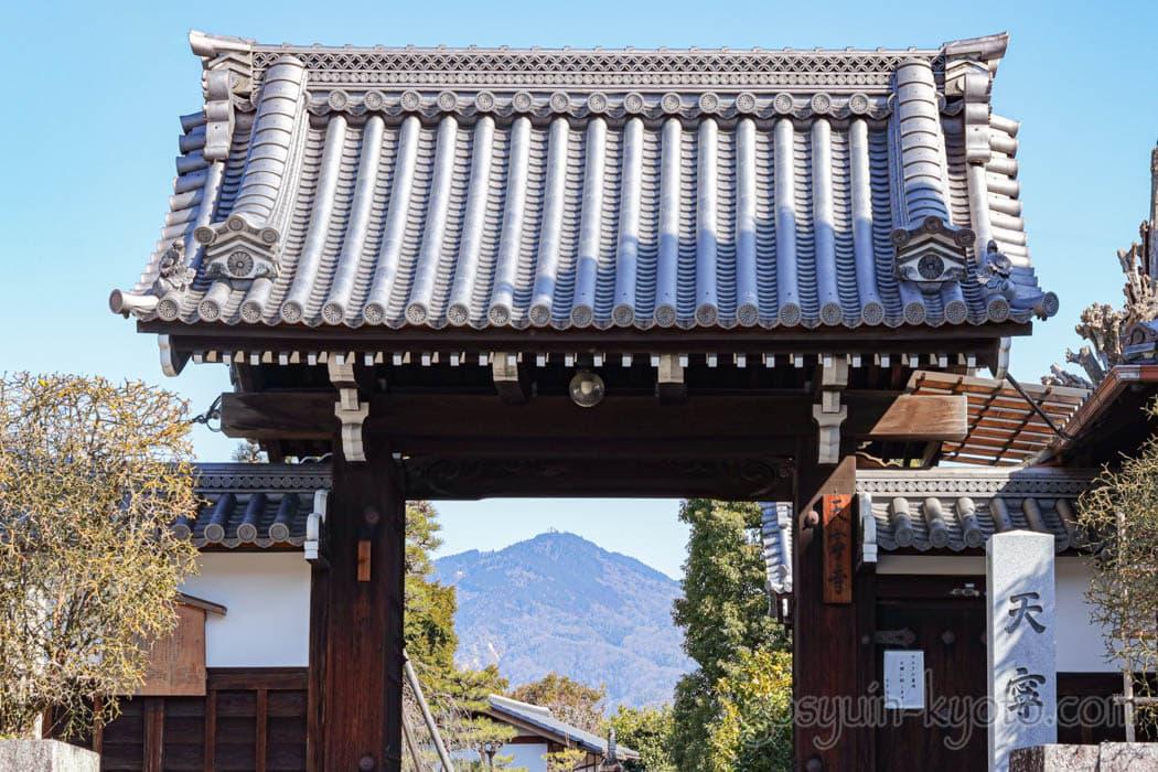 京都市の天寧寺の額縁門