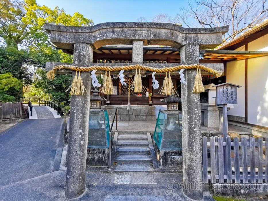 京都御苑の厳島神社の唐破風鳥居