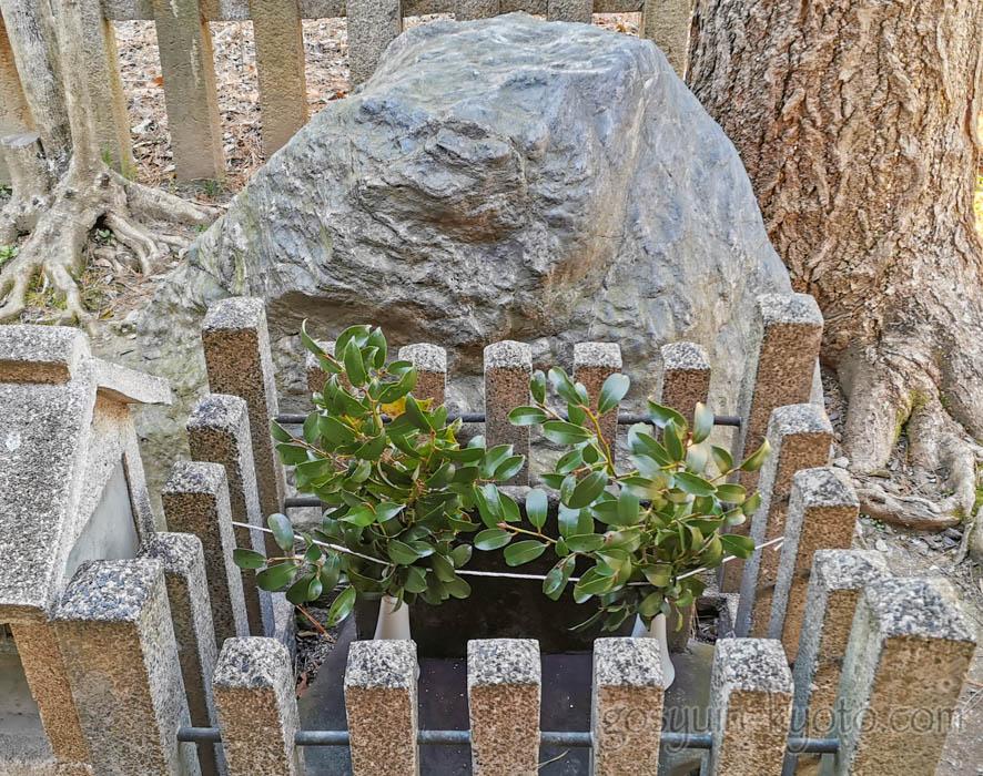 京都御苑内にある白雲神社のへそ石
